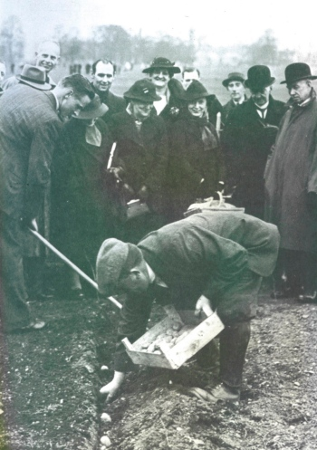 Demonstarting poptato planting at a sports ground in wartime Derby, from My Lifetime in Gardening