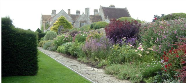 The main boder, http://www.gardenvisit.com/garden/lytes_cary_manor_garden