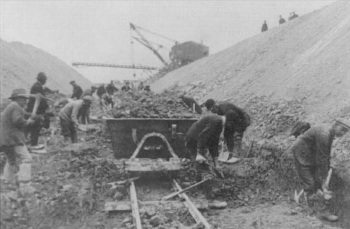 Hand laoding coprolites at Trumpington Cambridge, c.1914 Cambridge Libraries