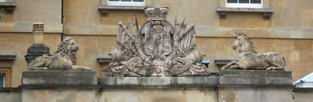 Royal Arms in Coade stone, http://www.speel.me.uk/sculptlondon/lonpicb/buckpalacearms2.jpg